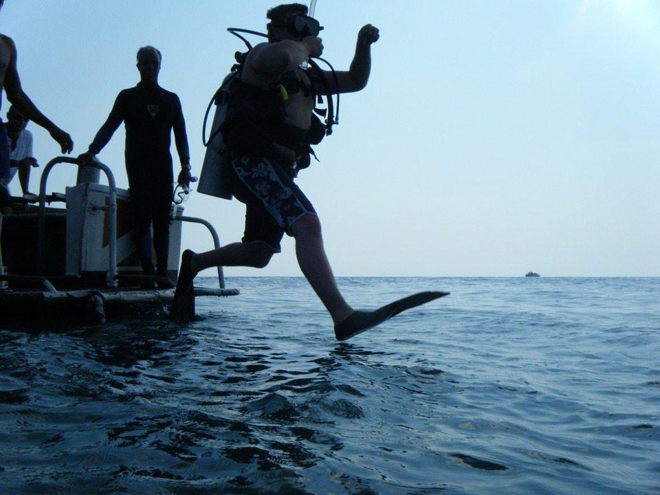 Buceador entrando al agua
