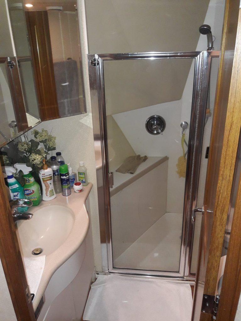 yacht-for-rent-casa-de-campo-summer-wind-front-stateroom-bathroom-june-2018